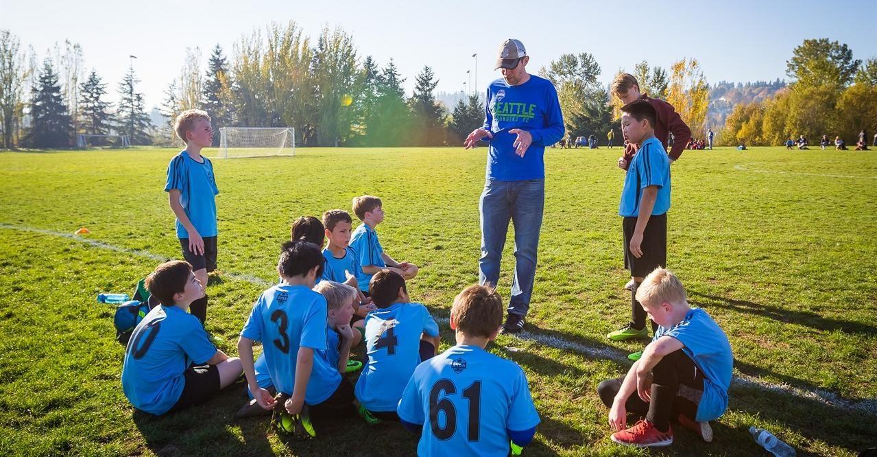 Her ser man en ivrig lagleder fortelle barn hvordan fotball skal spilles.