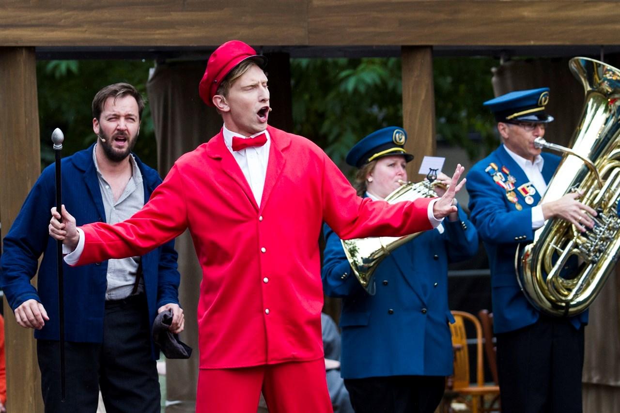 Mats Moe (27) har rollen som den morsomme og distré postmannen i «Da verden kom på skinner». I august braker det igjen løs med bymusikal i Lillestrøm. Og Mats er klar for den komiske rollen. Foto: Anne Merete Rodem