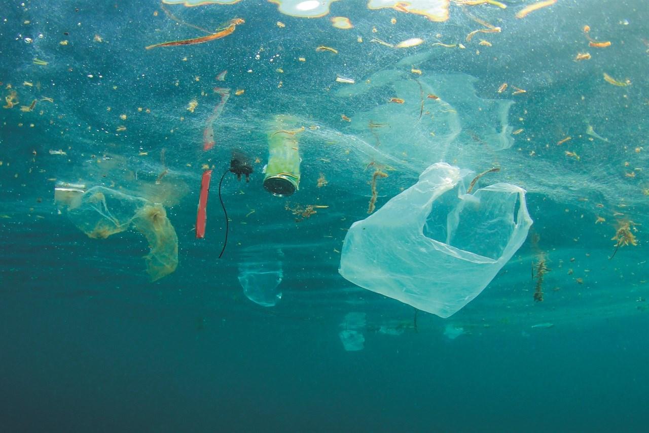 Skjønnhetsbransjen produserer hvert år 120 milliarder ulike plastemballasjer. Store tall som naturen ikke tåler. Blir 2021 året hvor vi vil fokusere mer på bærekraft? Foto: Shutterstock<br/>