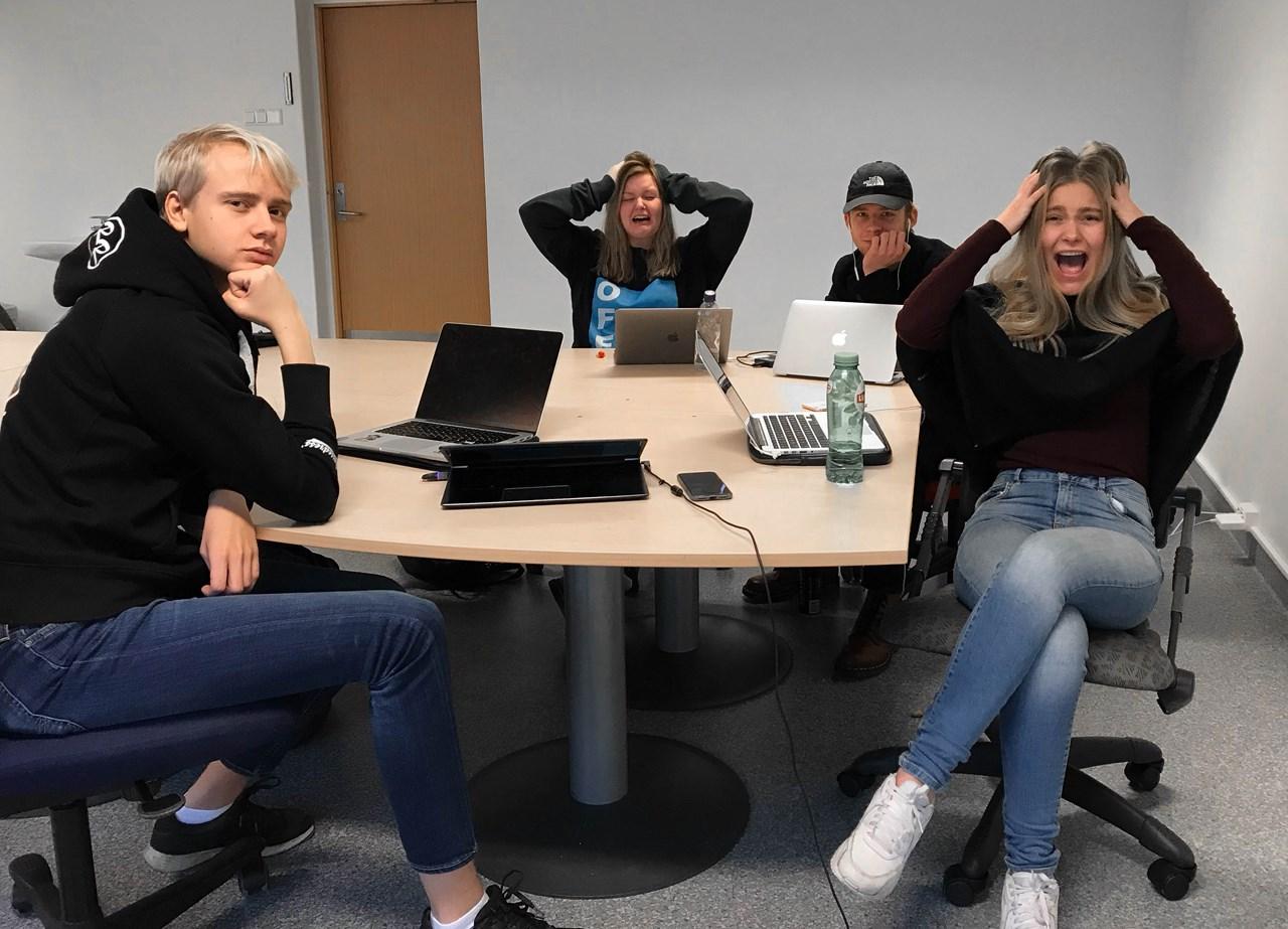 Media-elevene ved Lillestrøm videregående har delte meninger om yrkesvalg og mange spørsmål om fremtiden. F.v. Magnus Andreas Holmen, Maya Heimro Skjeldsett, Adrian Kirkerud og Thea Kristine Rønsen. Foto: Maria Linnerud