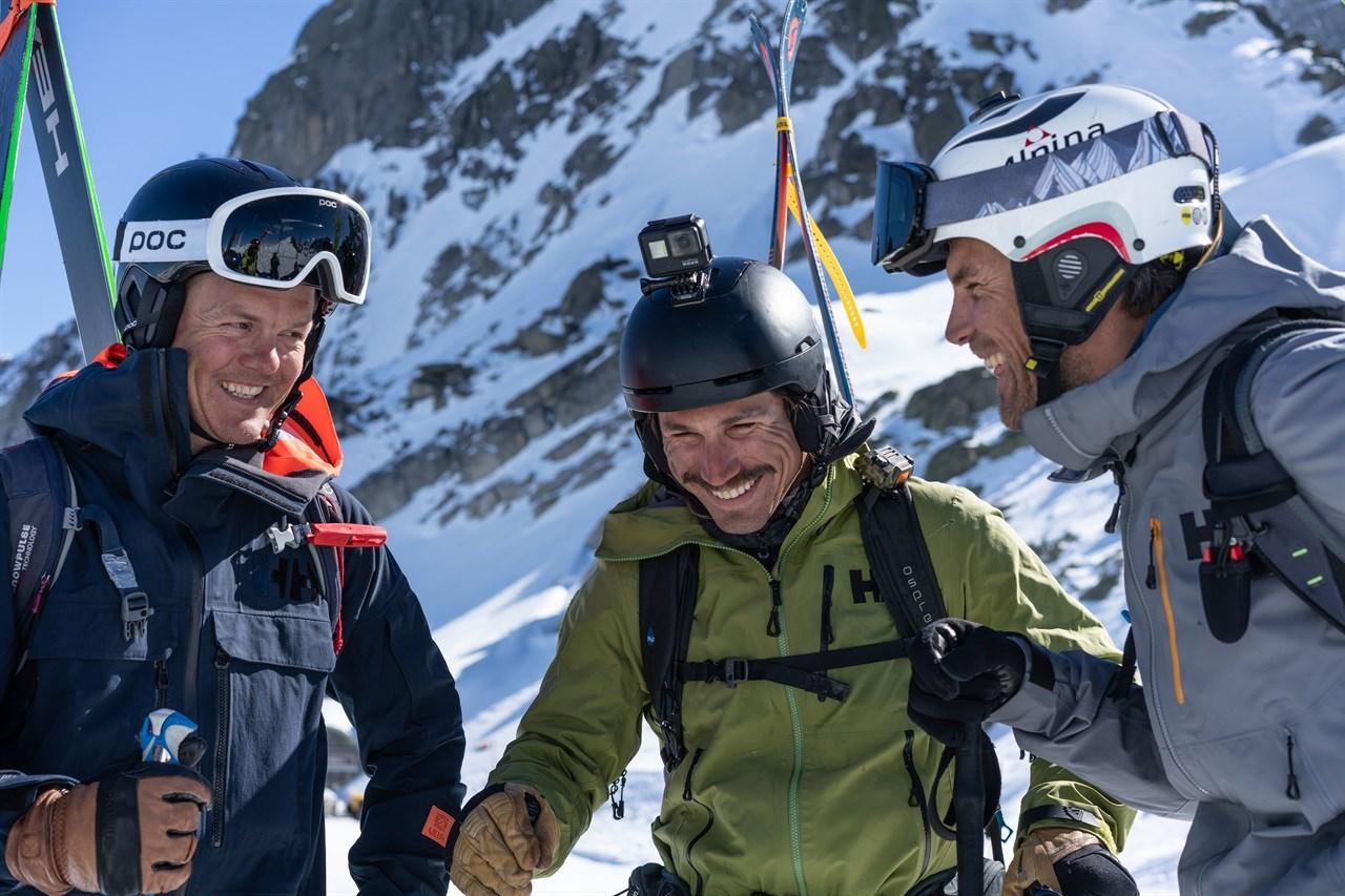 Foto: Cam McLeod/Helly Hansen. Mattias Hargin (til venstre) på topptur med ski-kompiser i Chamonix, Frankrike.