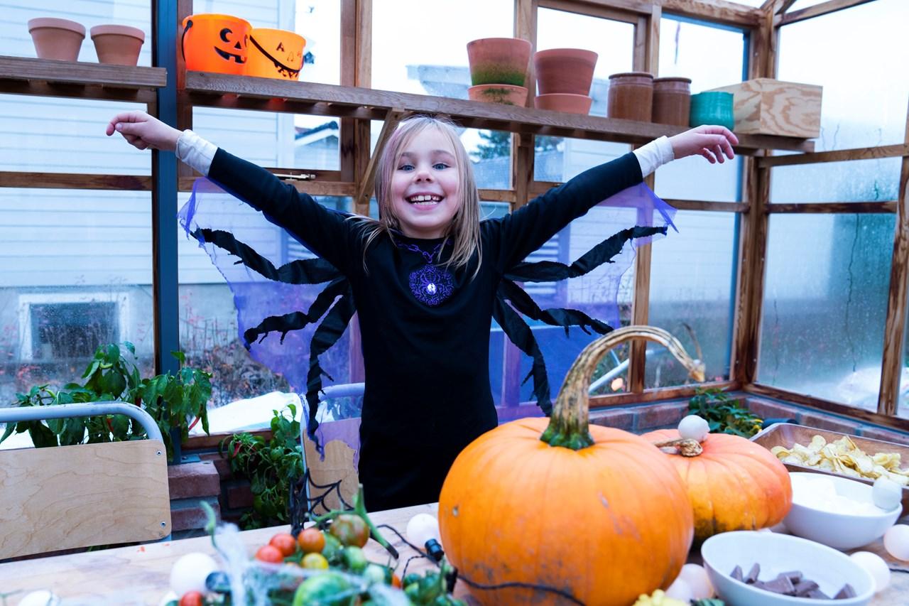ELSKERHALLOWEEN: Tilde O. Røssel (7)fra Lillestrøm elsker å kle seg ut - og på Halloween skal hun gå «knask eller knep» med venner i klassen fra Volla Skole. Foto: Anne Merete Rodem