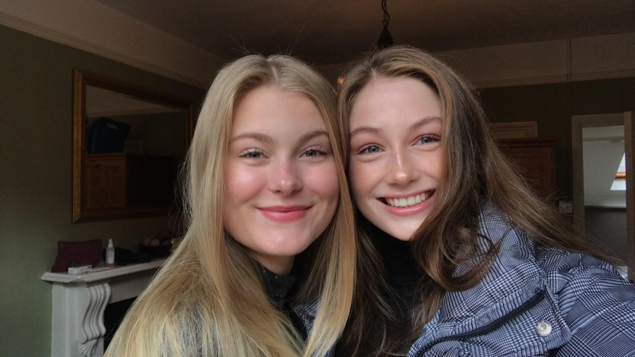 Thea Kristine Rønsen (t.v.) og Maria Linnerud ved Lillestrøm videregående skole dokumenterer russetida si.