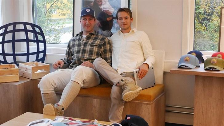 SPORT møtte Christian Løvenskiold, salgsansvarlig for Amundsen Sports i USA og Erik Friis, salgssjefen i Amundsen Sports, i selskapets midlertidige lokaler ved Lysaker. Christian er blant annet innom kontoret i Norge for å planlegge pop-up-shopen de skal rigge opp i Westerlind Stor i Soho i New York om ca. en måned.