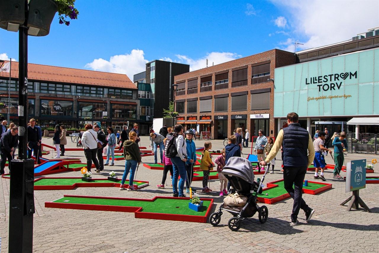 KOMOGSPILL! Ta med barna - eller noen lekne voksne og kos deg på Torvet i Lillestrøm. Helt gratis.