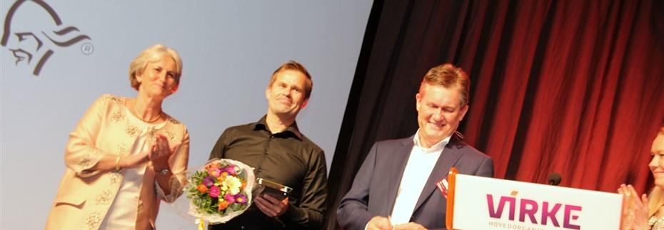 VANT PRIS: Norrøna Retail mottok onsdag Handelsprisen 2015. En stolt Espen Falck Engelstad i midten mottok prisen fra blant andre Vibeke Madsen, adm. dir. i Virke. FOTO: MORTEN DAHL