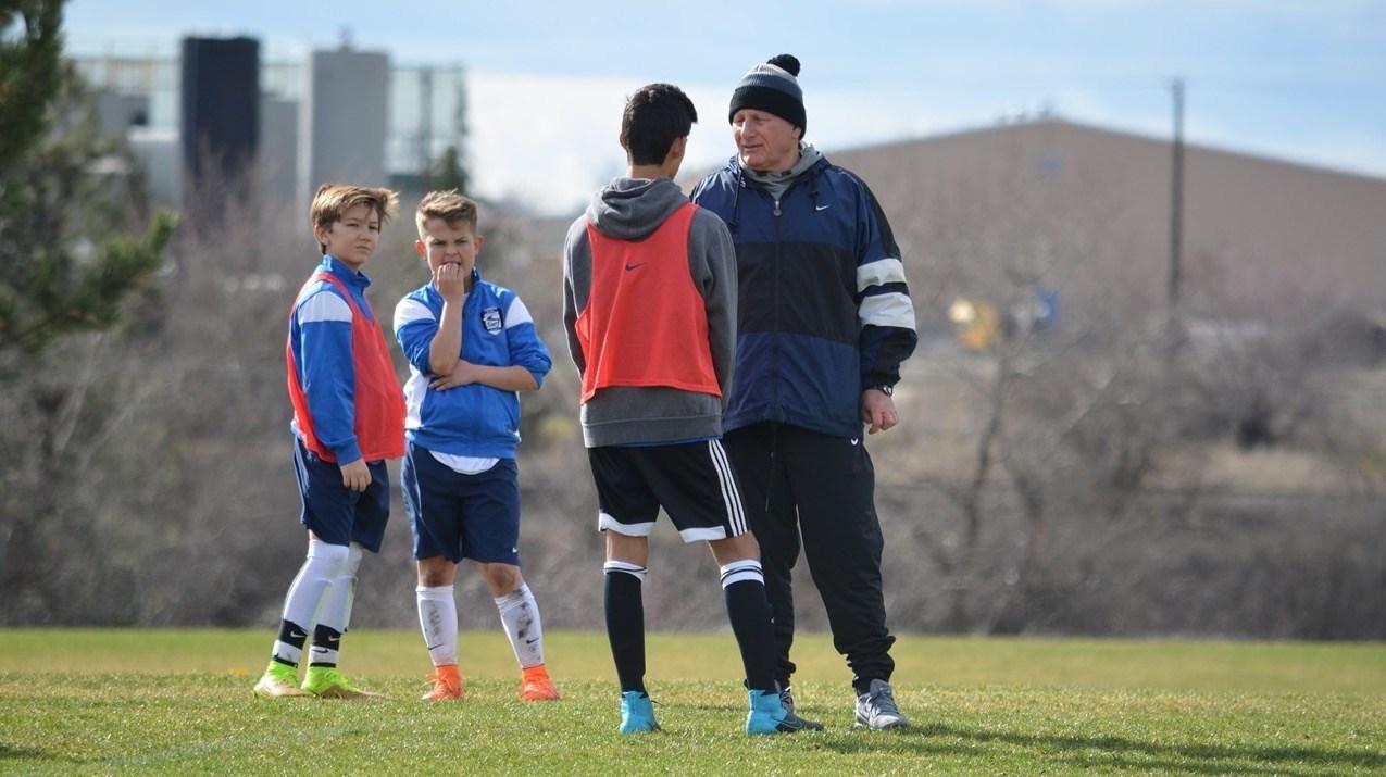 Als trainer leer je niet alleen spelregels aan, maar heb je ook invloed op de omgangsvormen en -normen binnen het team