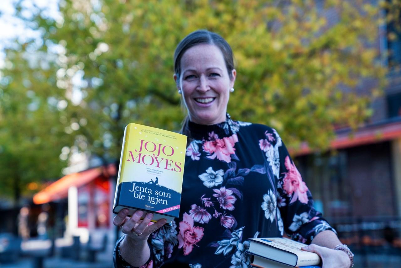 – Jeg elsker bokhøsten og jeg elsker historier fra aller verdens hjørner. Jeg glemmer tid og sted når jeg leser, sier Berit, som anbefaler alle å bruke tid på en god bok eller tre denne høsten. Foto: Anne Merete Rodem
