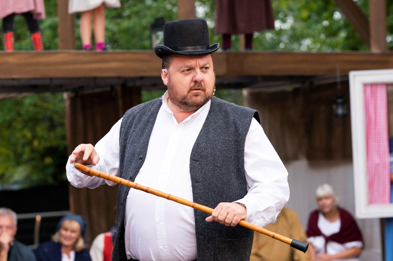 HERRE MIN HATT! Glenn Due-Sørensen debuterer som skuespiller. Nå er'n Glenn Due blitt n'Arne! Foto: Anne Merete Rodem