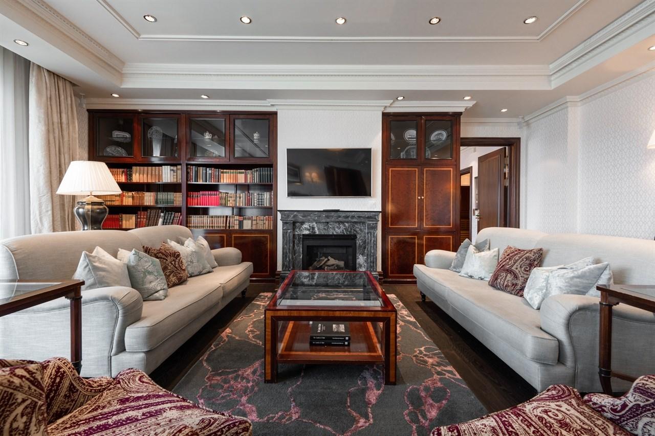 Stue med gasspeis i Grand Royal Suite
