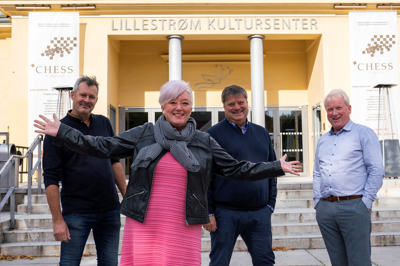 GUROOGGUTTA: – Jeg hadde ikke vært her, var det ikke for disse gutta. De er min utvidende familie, sier Guro Hovind Berntsen, her flankert av Lillestrøm Kultursenters (f.v.) Stein Eriksson (teknisk sjef), Erik Myhrer (styreformann) og Lars Otto Ullereng (daglig leder).