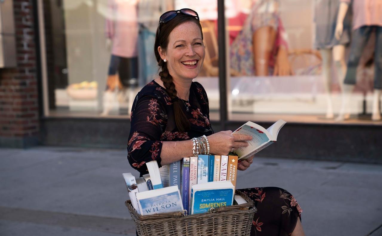 «Bokhandler Beth» har gode tips til deg som er glad i å slappe av med en god bok.  Foto: Anne Merete Rodem