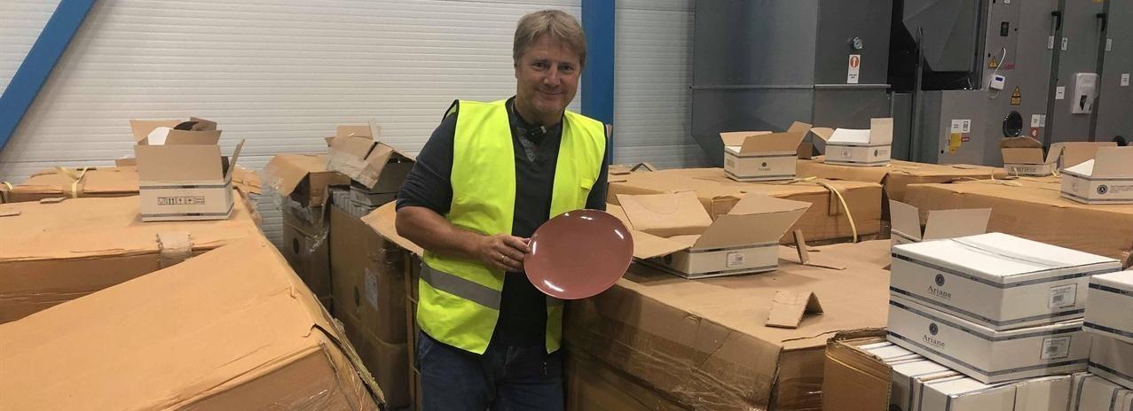 Culina lever for å levere kjøkken og serveringsutstyr. Her har vi fått inn en container med nytt porselen, og kolleksjonsansvarlig Ole Terje er fornøyd.
