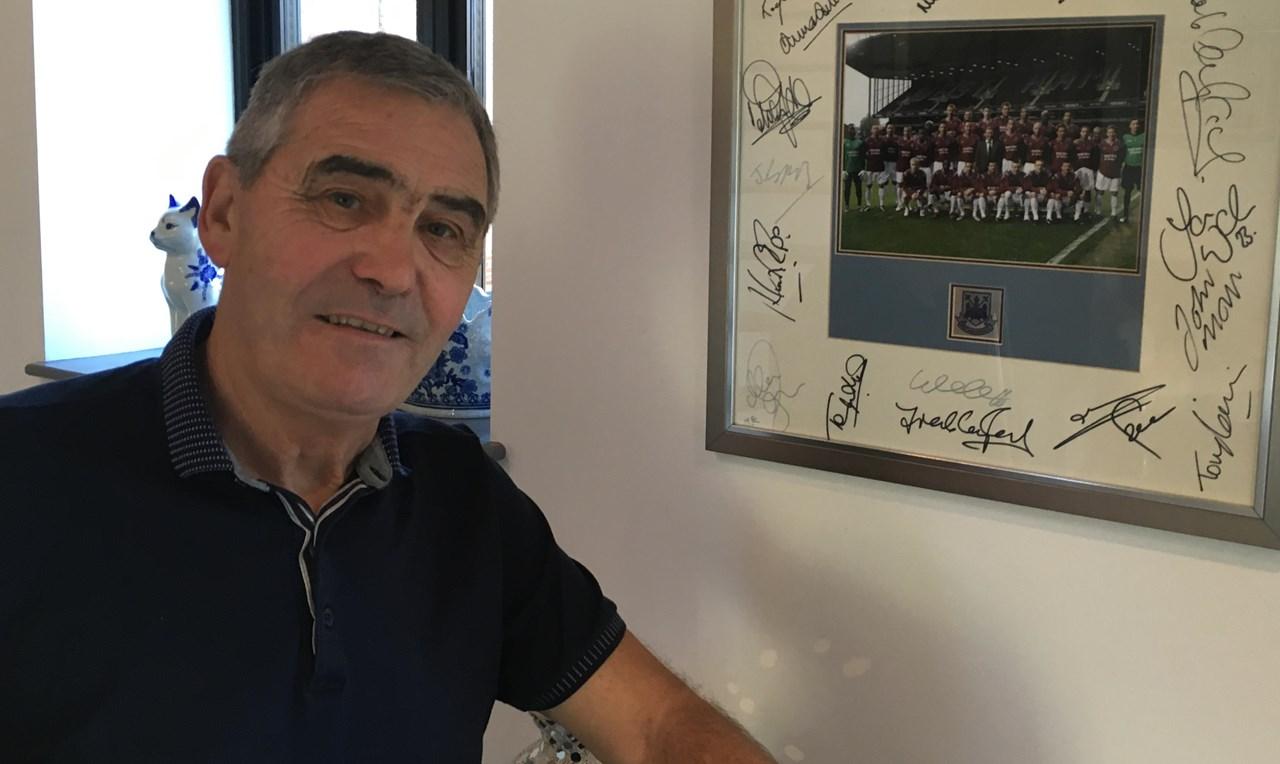 Tony Carr poserer stolt foran et signert bilde av West Hams-akademispillere. Flere av disse ble verdenskjente proffer. Foto: Simon Hart