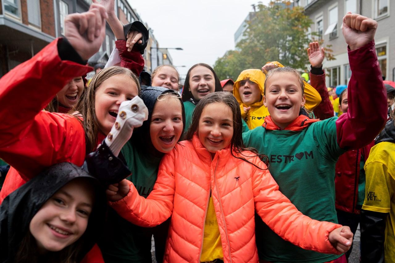 BLEME PÅ BLIME: 2000 elever fra fem Skedsmo-skoler trosset regnet og møtte opp i Storgata for å danse BLIME-dansen! Foto: Anne Merete Rodem