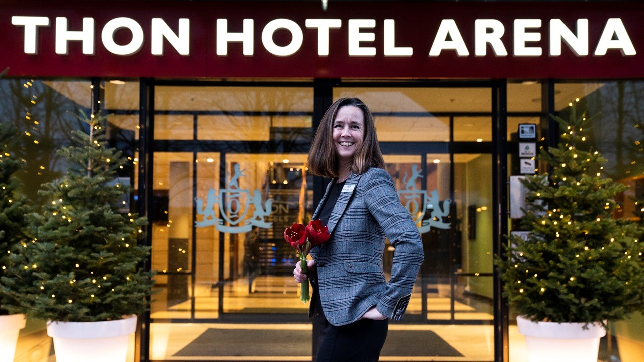 BLIRSATTSTORPRISPÅ:- Hotelldirektør Gro Lillan Larsen Strømme ved Thon Hotel Arena i Lillestrøm har klare og tydelige mål for hotellet og sine 180 medarbeidere.. Hun vil at de skal lykkes, utfordres og oppleve arbeidsglede, står det i nominasjonsteksten fra Thon Hotels. Foto: Anne Merete Hagnæss Rodem