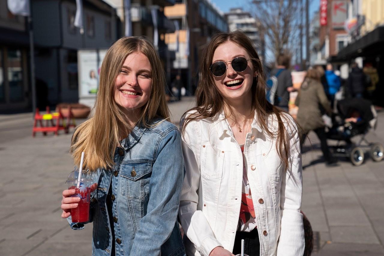 TESTERBYENSDATING-STEDER:Thea Kristine Rønsen(t.v.) og Maria Linnerud har gode tips til deg som er klar for en sommerflørt. <br/>Foto: Anne Merete Hagnæss Rodem