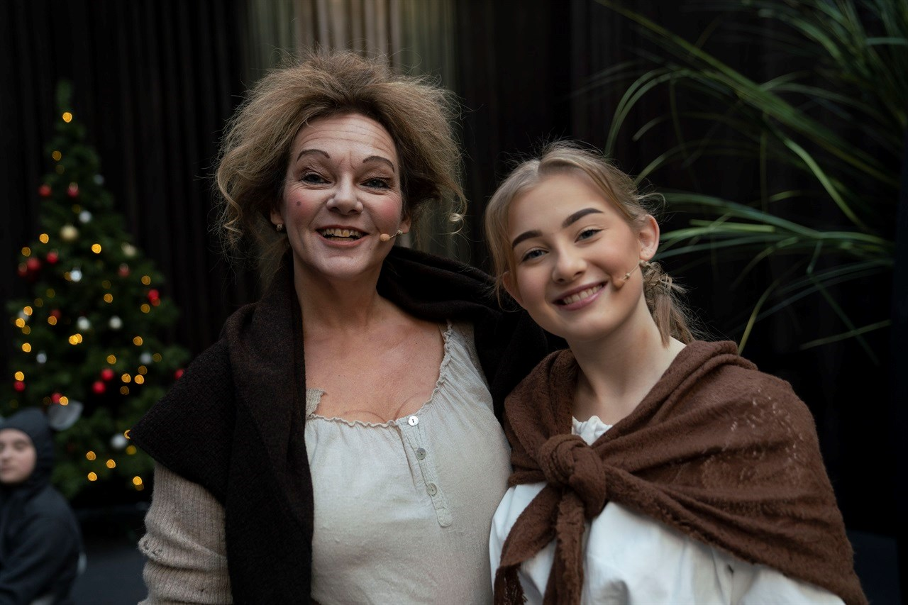 SAMMEN PÅ SCROOGE-SCENEN: Mor Mette Lise Carlsen synes det er gøy å følge i datteren Othilies fotspor på scenen. Foto: Anne Merete Rodem