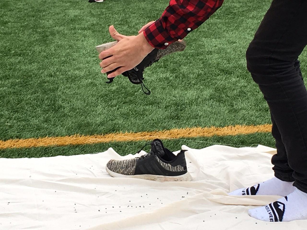Over 12 000 elever hjalp forskerne med å finne ut hvor det blir av alle tonnene med gummigranulat som forsvinner fra norske fotballbaner. Foto: NILU