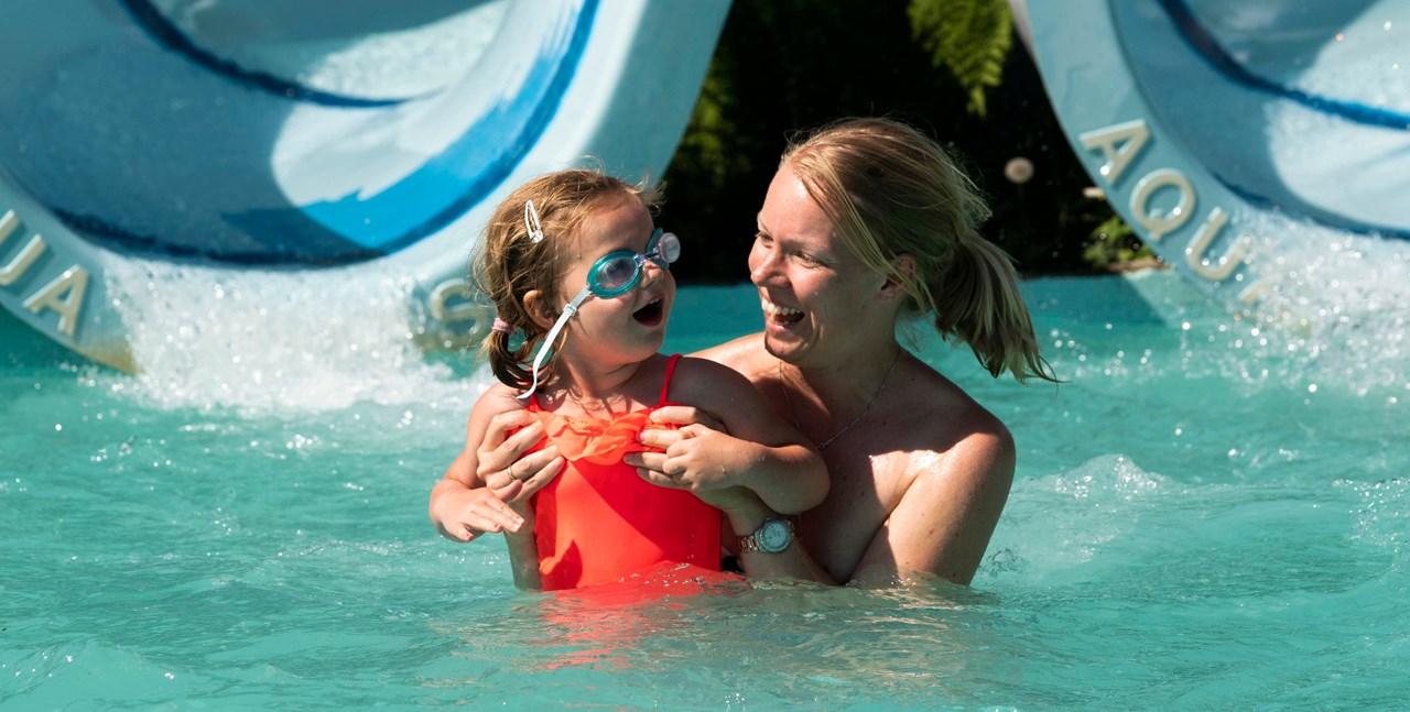 STORKOSERSEGPÅNEBBEN:Sina Kordahl og datteren Helle Kordahl Lorentzen (4) er flinke til å bruke solkrem –også når de bader. Foto: Anne Merete Rodem