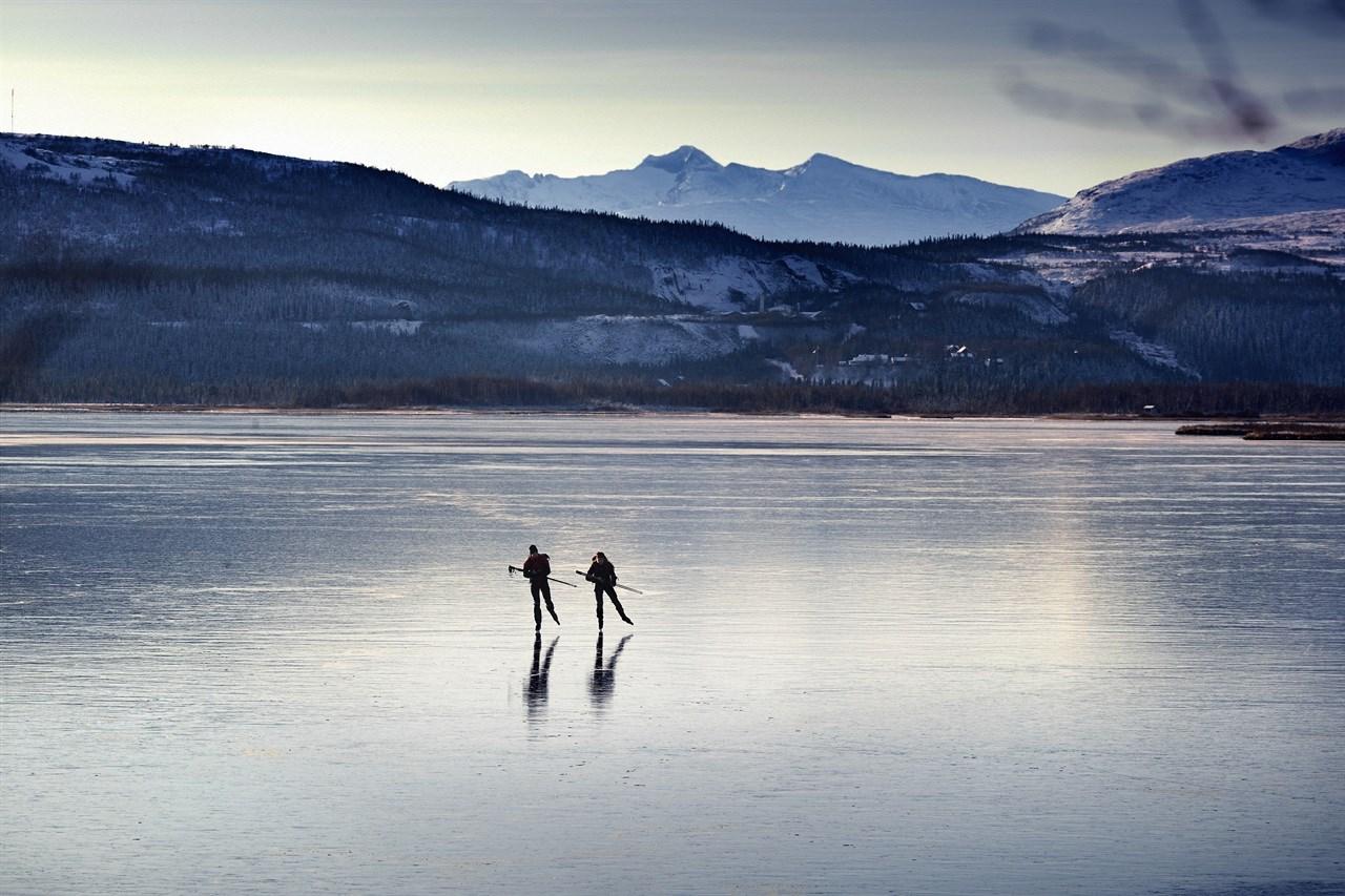 Mange har gledet seg over skøyteis på fjorden. Foto: Lundhags.