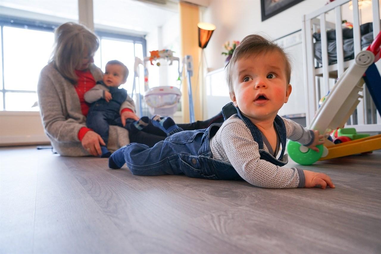 Anna, Theon og Liam trives i hverandres selskap. Foto: Kjell Arne Jørgensen/Skedsmo kommune