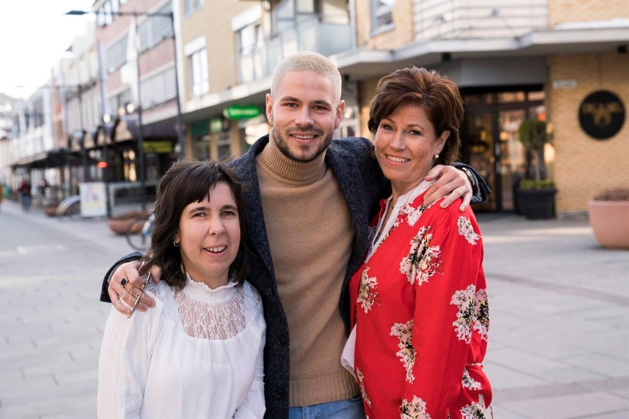 FAMILIENBETYRALT!Chris Holsten med søsteren Therese og mamma Wenche.  Foto: Anne Merete Rodem