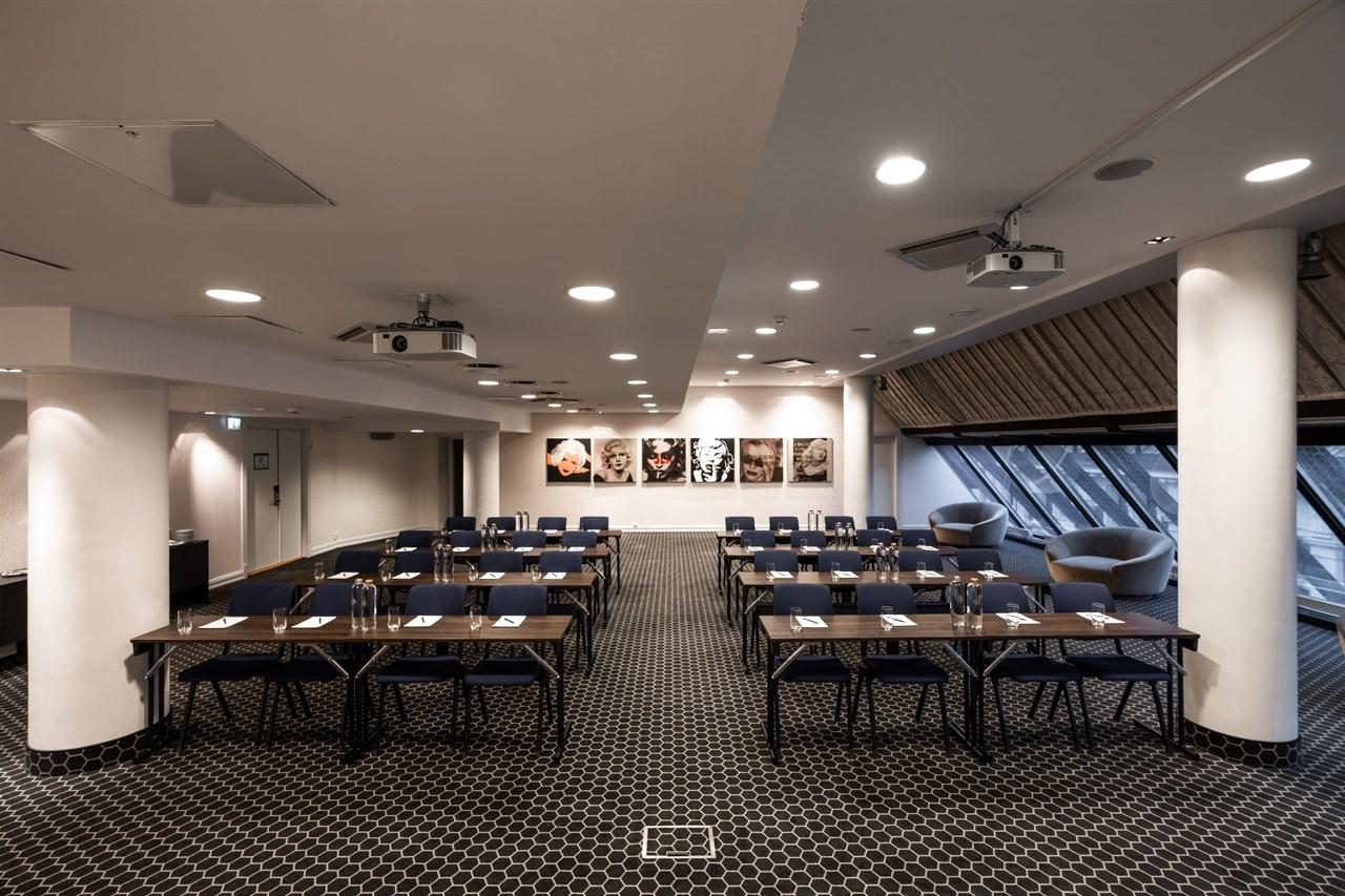 Gerhardsen er vårt største rom i konferanseavdelingen, med høy fleksibilitet i forhold til oppsett. Vinduer med naturlig dagslys.
