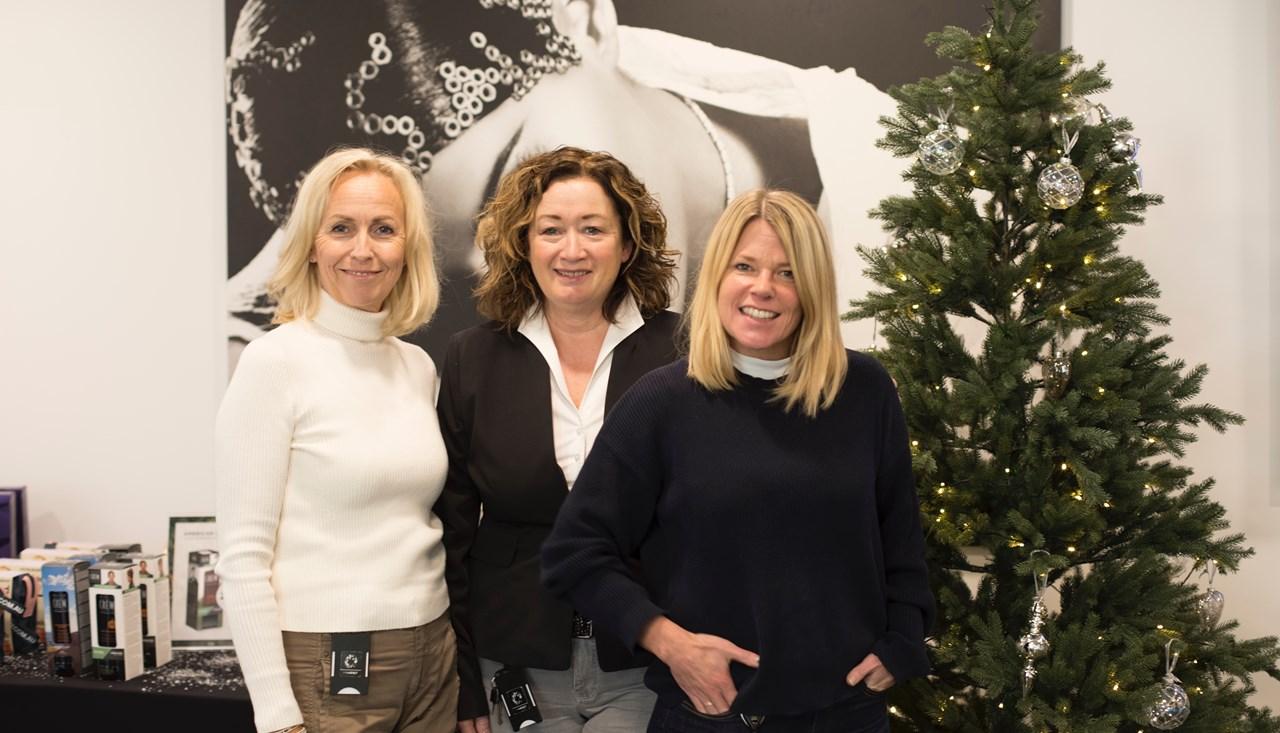 Ringer julen inn. Ledertrioen Maj Hovde Krogdahl, Vibeke Giske Røisland og Karin Warset i PÅHÅRET Kjeden satser offensivt på julekampanjer. - Vi vet at kundene har ekstra midler å bruke i november og desember. Da gjelder det å sørge for at de finner attraktive julegaver og handler mest mulig hos oss, fastslår Røisland.<br/>
