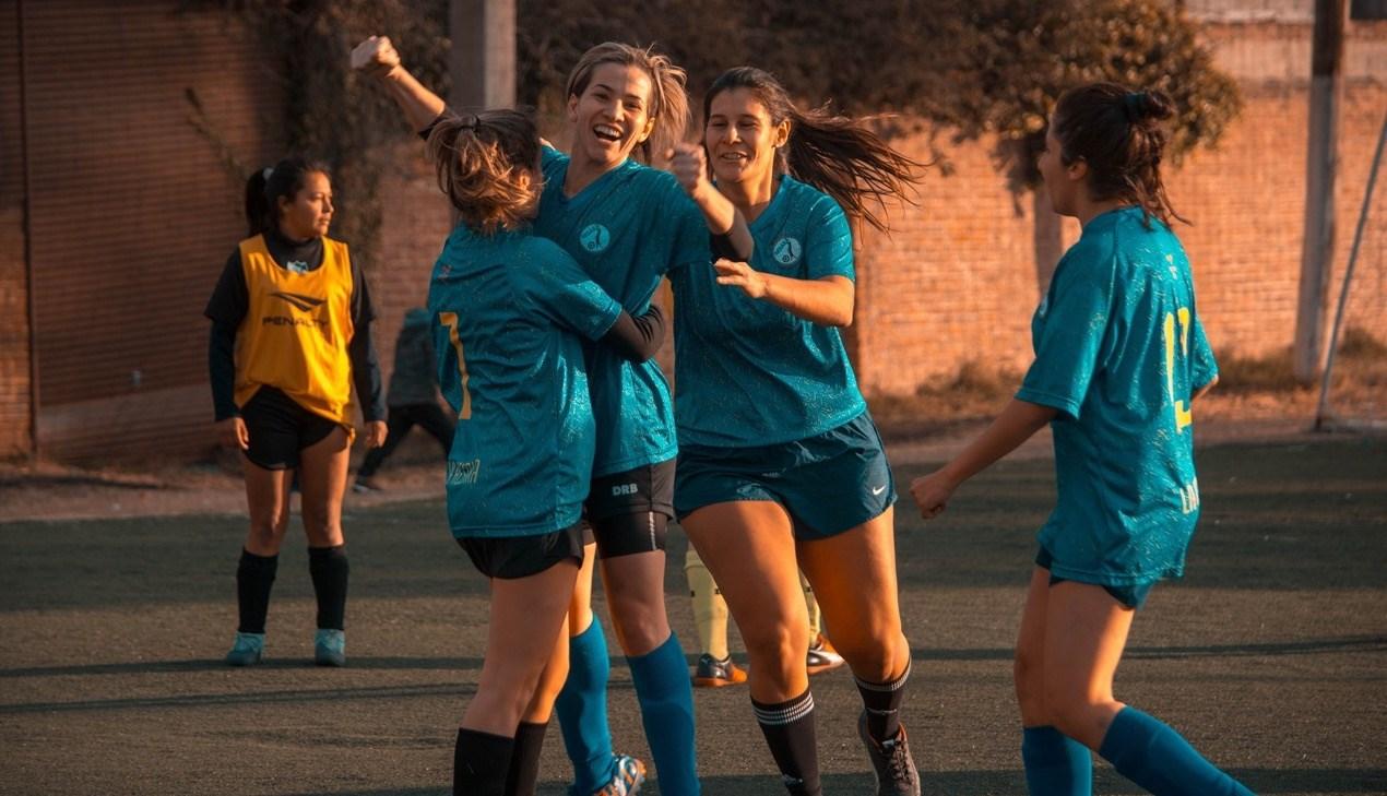 Een goede teamspeler viert een goal altijd met de teamgenoten.