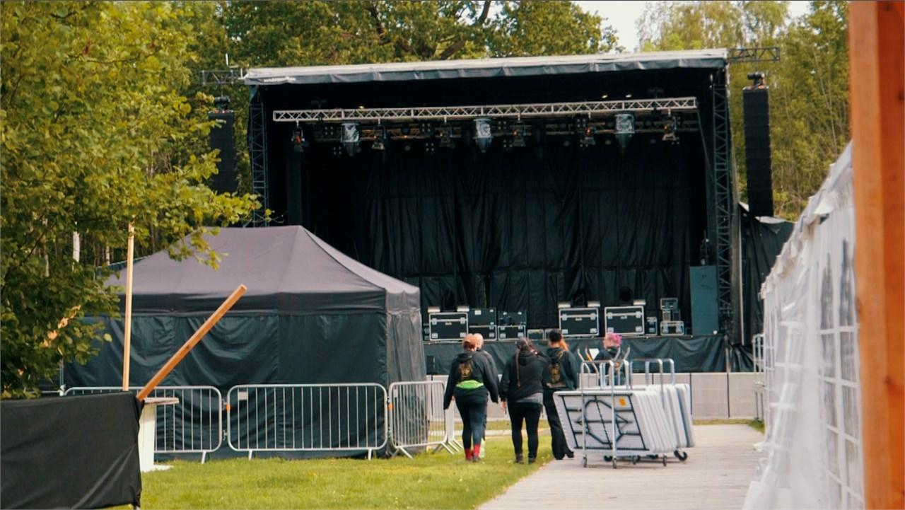 Den siste riggingen foregår inne på festivalområdet.