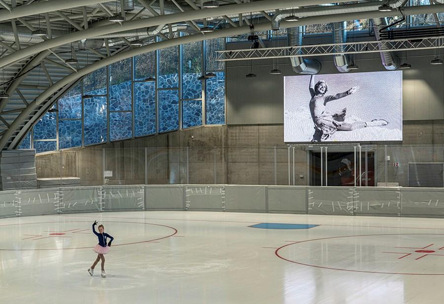 Nybygg. Hallen er spesielt tilrettelagt for kunstløp og kortbane.