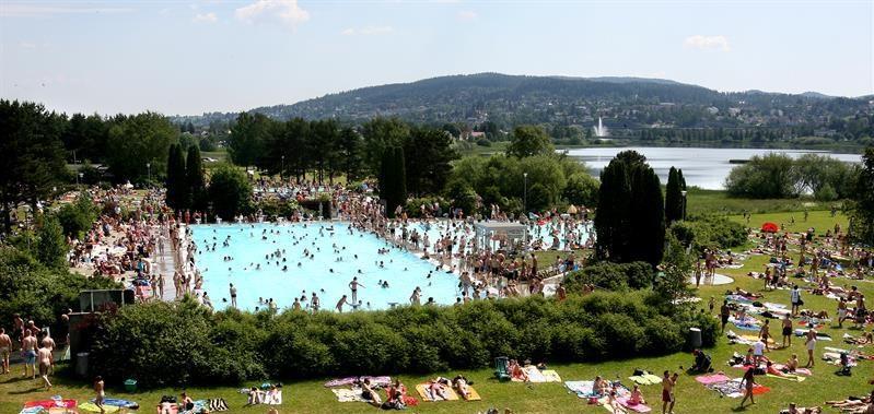 Det er veldig varmt, blitt. Godt vi har et nydelig badetilbud ti minutter å gå fra sentrum!