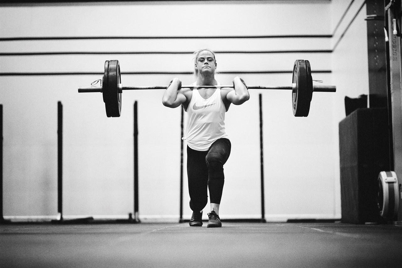 Sara Sigmundsdottir kjører front-utfall. En øvelse som er god for å bygge raske skjelettmuskler på fremsiden av lårene.