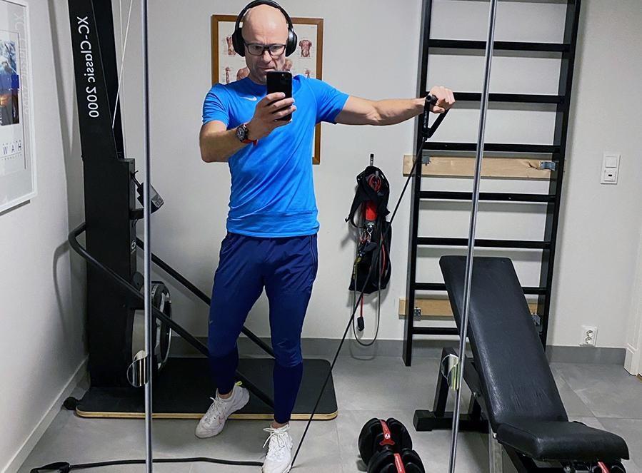 Hverdagssterke adminitrerende direktør, Trond Evald Hansen, dokumenterer egen styrkeøkt. Foto: Selfi :D