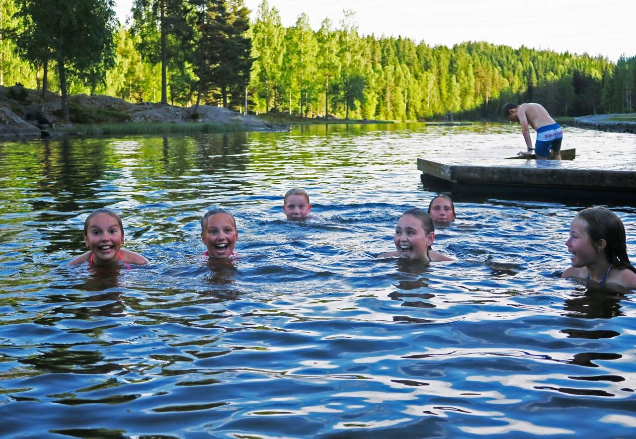 Her er de glade håndballjentene fra Rælingen 07 på svømmetur i Myrdammen: <br/>F.v. Maria Bonsaksen Hoff, Mille Fagerberg Nilson, Amalie Asmyhr Morgenlien, Ea Bergersen, Aurora Thomassen og Martine Edvartsen-Dalgård