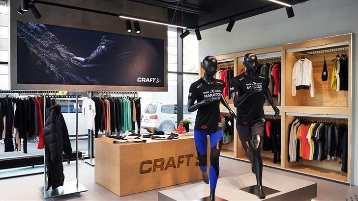 SPREK UTSTILLING: Craft er hovedsponsor for BMW Oslo Maraton noe som er synlig i utstillingen på Hoff. BMW Oslo Maraton arrangeres 21. september. En avtale Craft signerte i år, for 4 år fremover.