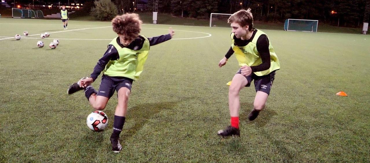 Angrepsspiller (med ballen) prøver å utfordre forsvarsspilleren i «Ronaldo-boksen»