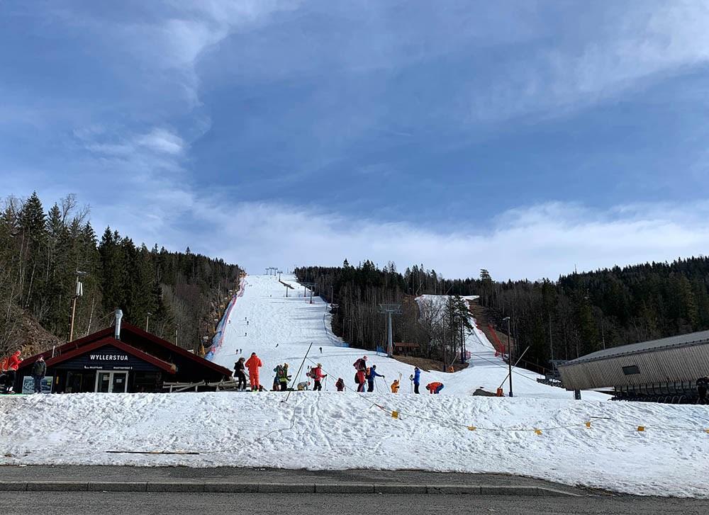 mars 2020 i Wyllerløypa i Oslo Vinterpark. Bakken er stengt, men skientusiastene gir seg ikke.