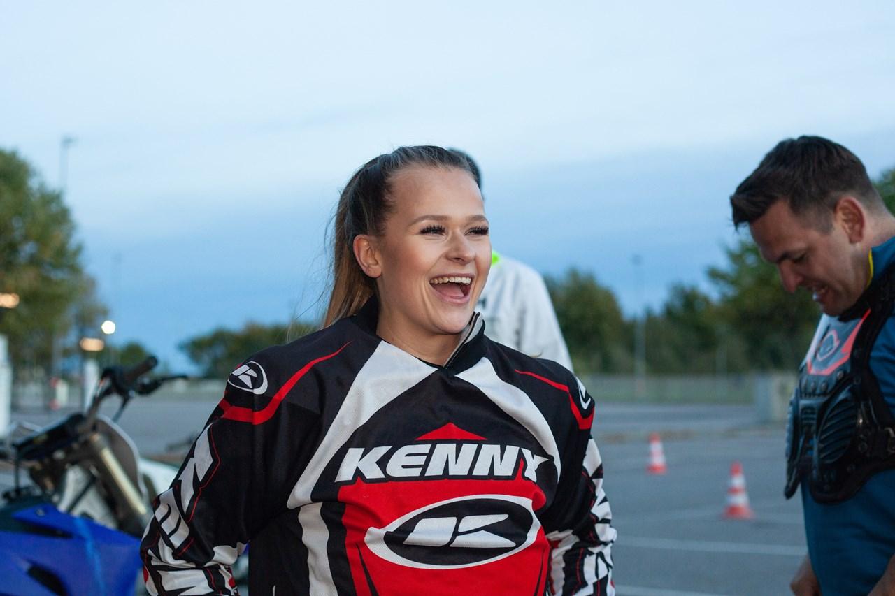 Lene Granung får prøvd seg på Motorcross! Trygghet er i fokus, og ordentlig utstyr skal hjelpe så ingen skader seg. FOTO: Kristian Kilde