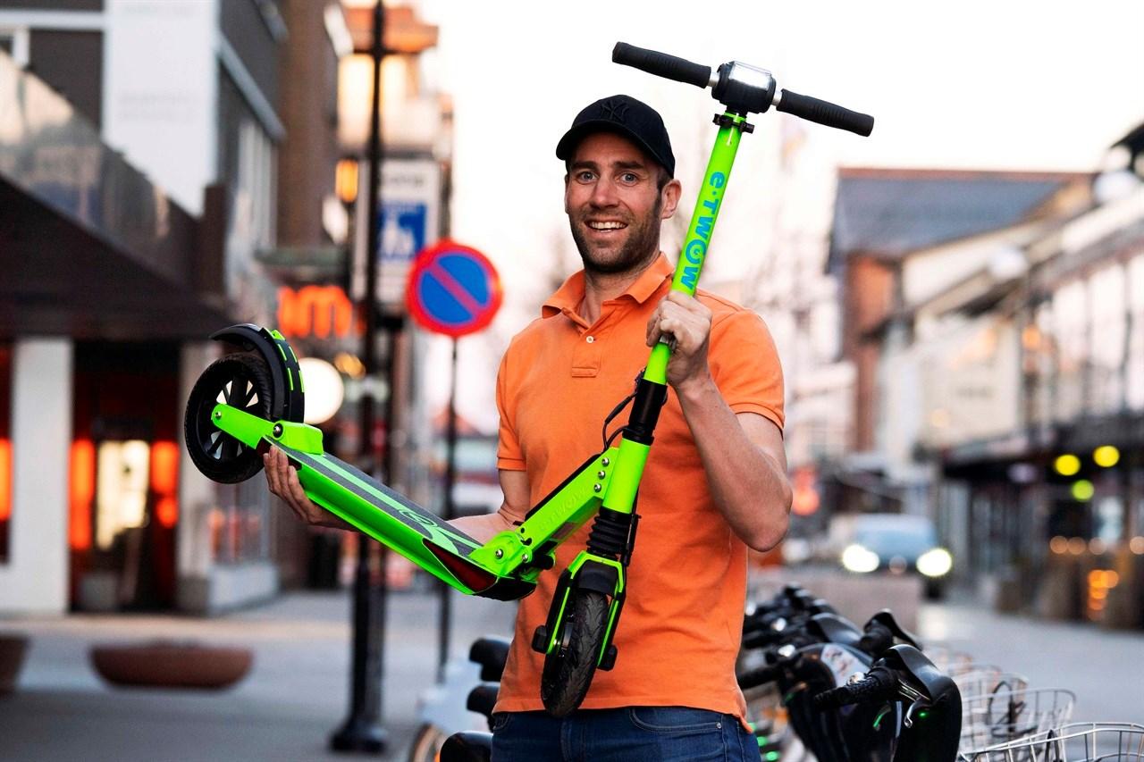 – Et genialt fremkomstmiddel, mener Tom Jarle Melby i Lillestrøm-selskapet elspark.no, som er importør av modellen e-Twow i Norge. Elsparkesykkelen har en rekkevidde på 35 km. Foto: Anne Merete Rodem