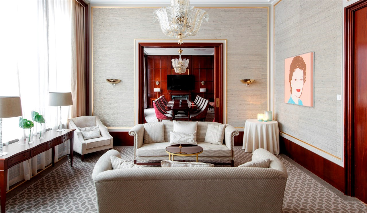 Champagne is an elegant salon with natural daylight. Decorated with an original work of art by Andy Warhol.