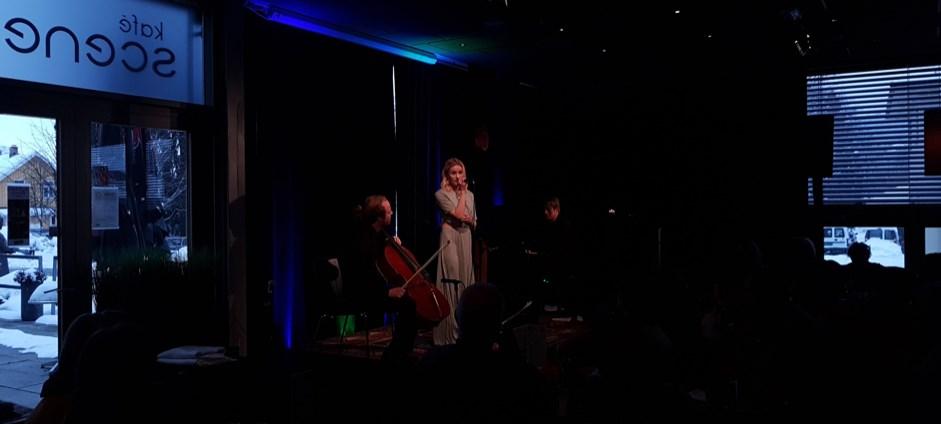 Jazz- også for unge: Hver lørdag møtes lillestrømlinger for å høre på jazz på Scene 5. Denne uken var det far- og datter-duoen Elisabeth (19) og Wollert Krohn-Hansen (52) som spilte. Med seg på cello hadde de Andreas Kaleb Øhrn (25).