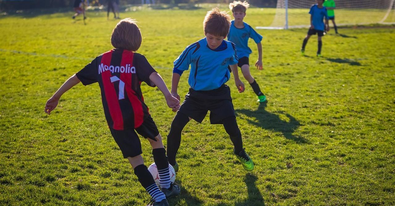 Her ser man en spiller utfordre med ball for å avansere i banen.