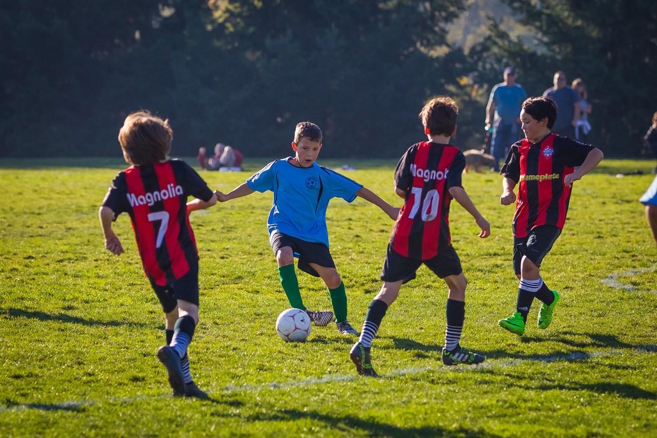 Her ser du barn i aksjon under en fotballkamp.