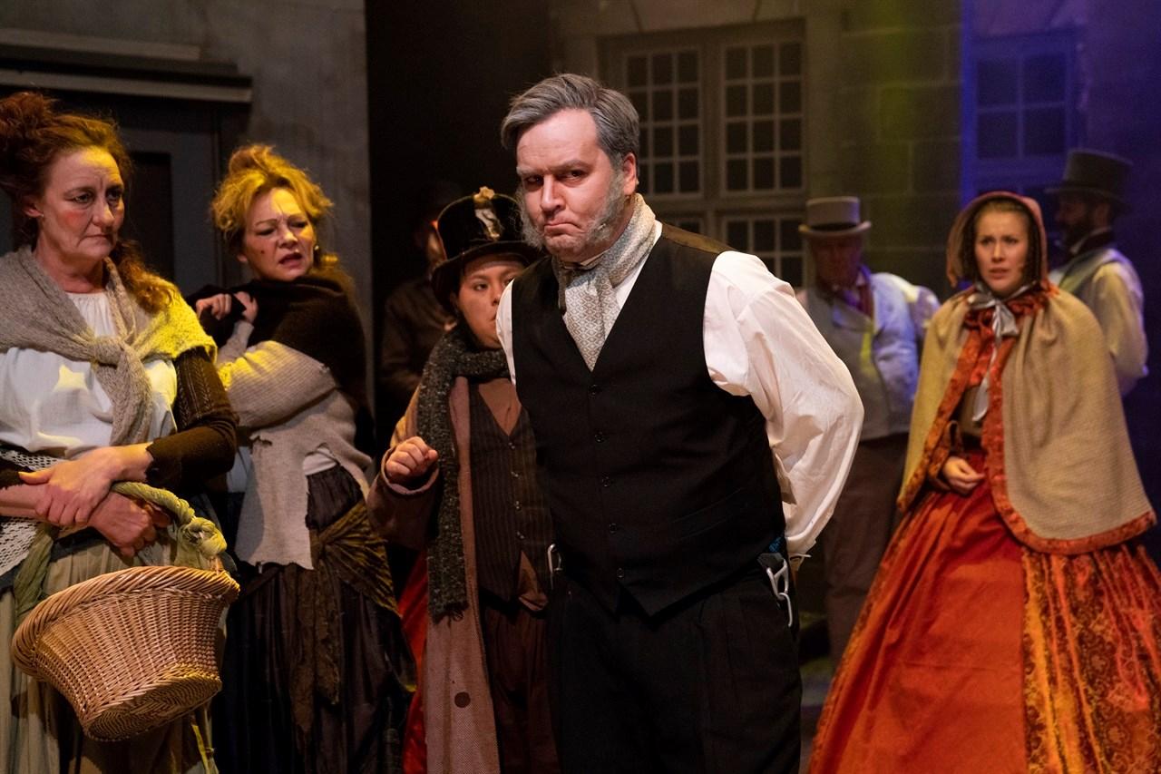 Rune Svendsen (36) spiller grinebiteren Ebenezer Scrooge. Han har et dårlig forhold til julen, men så får han besøk av noen juleånder ... Foto: Anne Merete Rodem