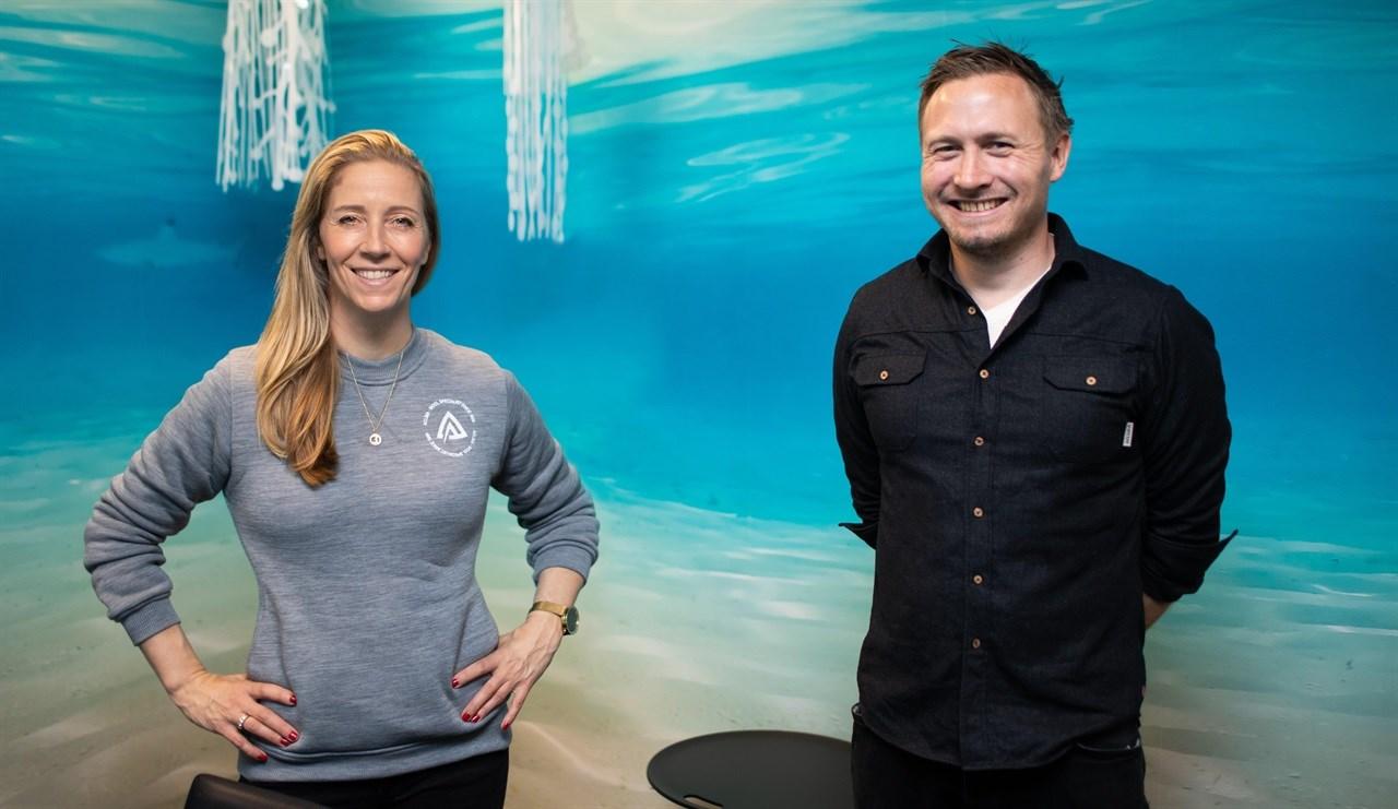 Vil utvikle bærekraftige tekstiler: Administrerende direktør i REV Ocean, Nina Jensen sammen med Aclimas markedssjef, Ole Magnus Halvorsen. Foto Sindre Kinnerød.