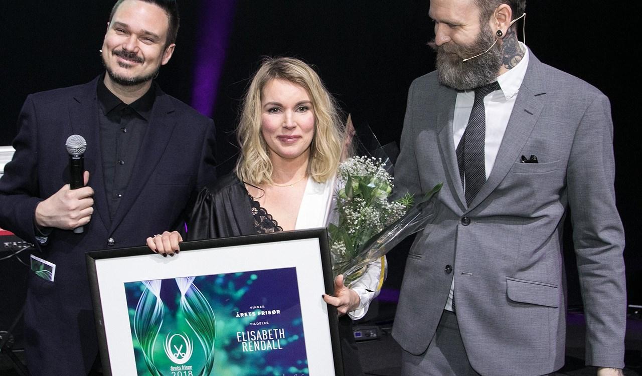 Årets Frisør 2018 Elisabeth Rendall sammen med konferansierene Tore Petterson og Adam Schjølberg.