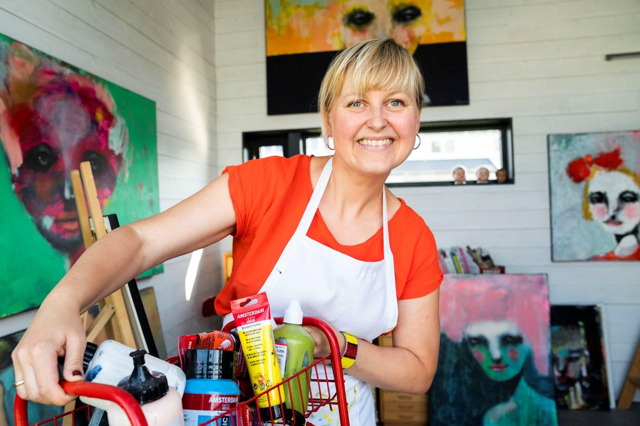 FARGERIKE:Kari Anne Marstein lever ut drømmen i eget atelier. Foto: Anne Merete Hagnæss Rodem