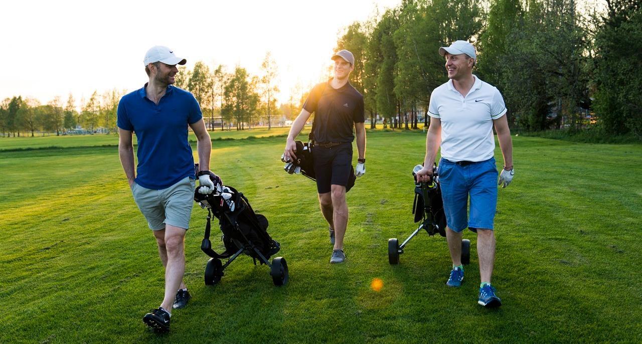 MOROOGUFORMELT:– Her er det bare å møte opp og ha det gøy, sier (fra venstre) Peter Blanck, Martin Sigley og Endre Guriby, alle bosatt i Rælingen. Foto: Anne Merete Hagnæss Rodem